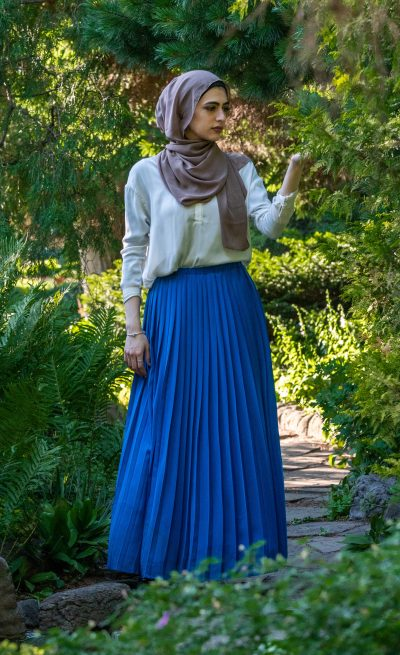 maxi skirt that is royal blue pleated and nice flowy soft fabric with full lining and elastic waist that fits perfectly
